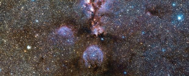 Der Katzenpfotennebel NGC 6334 ist eine gewaltige Sternkinderstube, in der Hunderte massereicher Sterne entstehen. Eine fantastische neue Aufnahme des Visible and Infrared Survey Telescope for Astronomy der ESO (VISTA) am […]