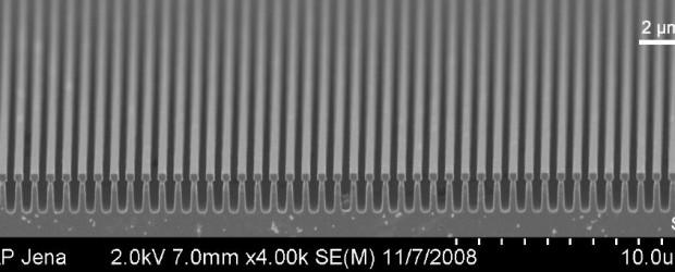 Wissenschaftler aus Hannover und Jena haben eine neue Methode entwickelt, die einen Siliziumkristall zum perfekten Spiegel macht: Sie haben in seine Oberfläche ein speziell strukturiertes Nano-Gitter geätzt. Eine derartige Oberflächenstruktur […]