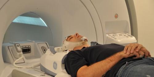 """Einzelne Hirnregionen sind nach dem """"Kleine-Welt"""" Phänomen zu Netzwerken miteinander verbunden. So kommunizieren benachbarte Gebiete über viele kurze Nervenfortsätze miteinander, besitzen aber nur einige wenige Verbindungen zu entfernten Hirnregionen. Der […]"""