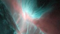 Die Sonne brodelt. In ihrer Gashülle, der Korona, bilden sich dabei häufig rätselhafte fingerartige Plasmastrukturen. Nun ist es einem deutsch-amerikanischen Team unter Leitung des Max-Planck-Instituts für Sonnensystemforschung gelungen, diese filigranen […]